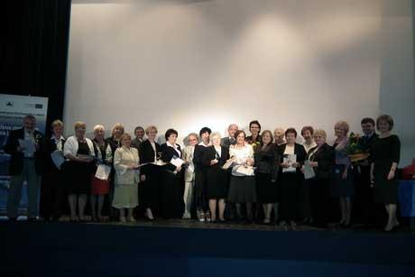 Uczestnicy projektu otrzymali zrąk Małgorzaty Handzlik pamiątkowe europejskie certyfikaty